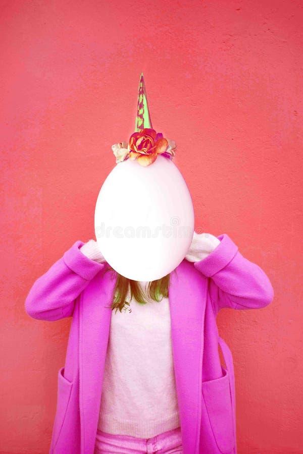 有空间的女孩而不是一个面孔和蛋头有独角兽装饰的 当代艺术拼贴画 孟菲斯样式海报的概念 免版税库存图片