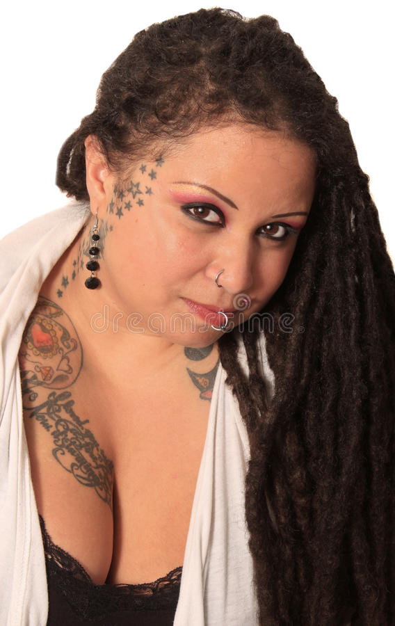 有穿甲和dreadlocks的被刺字的妇女 图库摄影