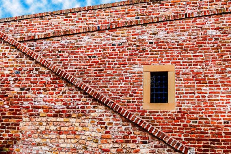 有窗口和台阶的堡垒墙壁 库存图片