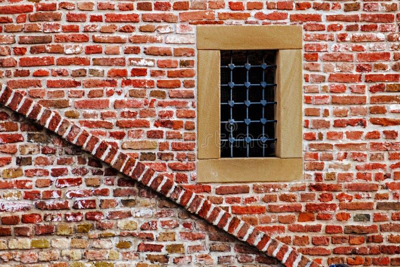 有窗口和台阶的堡垒墙壁 免版税库存图片