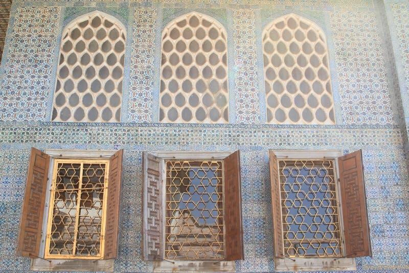 有窗口的墙壁在Topkapi宫殿在伊斯坦布尔 免版税库存照片