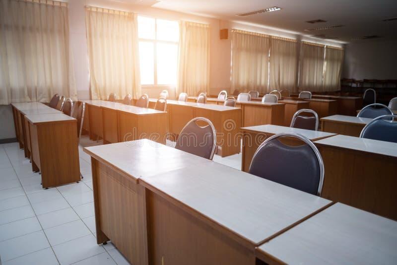 有窗口的学校教室打开了,干净和整洁准备好新的学生和学期开始 库存照片