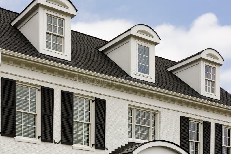 有窗口的白色殖民地房子 库存图片