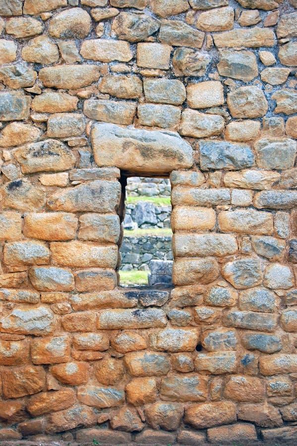 有窗口的石墙在马丘比丘 库存图片