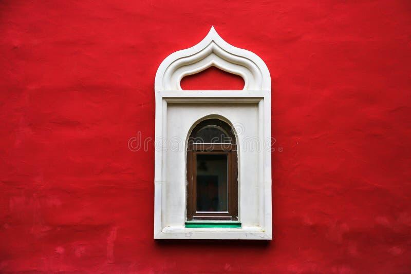 有窗口的红色石墙 图库摄影