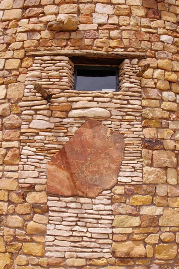 有窗口的装饰石墙 免版税库存照片