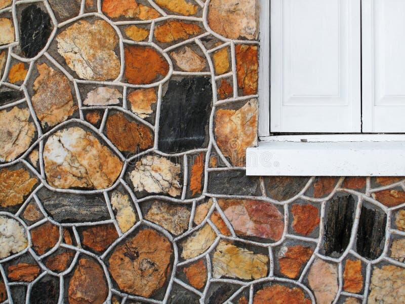 有窗口的装饰石墙 库存照片