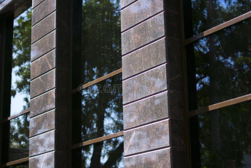 有窗口的黑棕色墙壁 库存图片