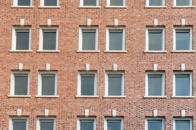 有窗口行的红砖墙壁  免版税库存照片
