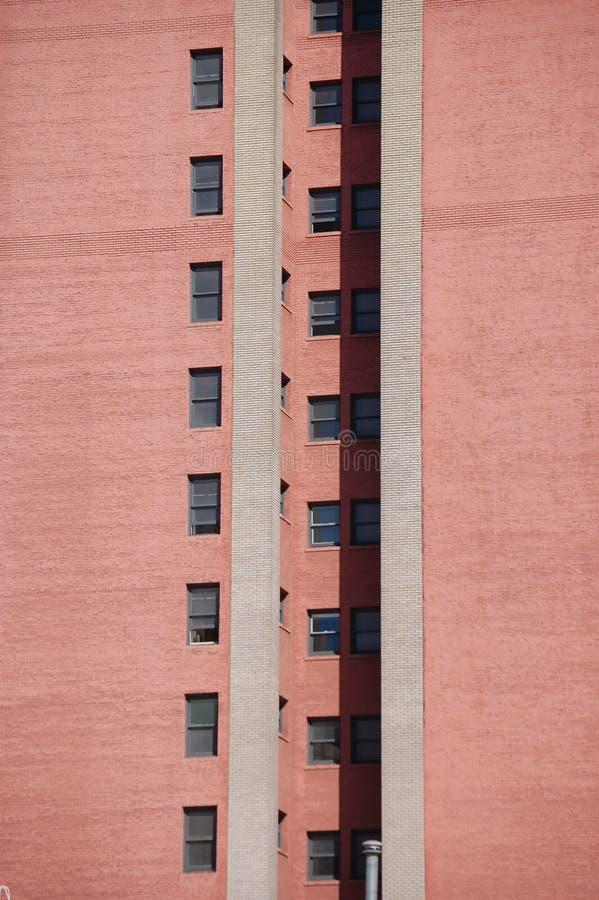 有窗口2行的红色墙壁在波特兰,俄勒冈 库存图片