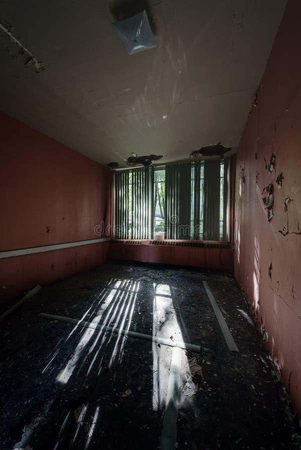 有窗帘的桃红色耐心室-被放弃的医院 免版税库存图片