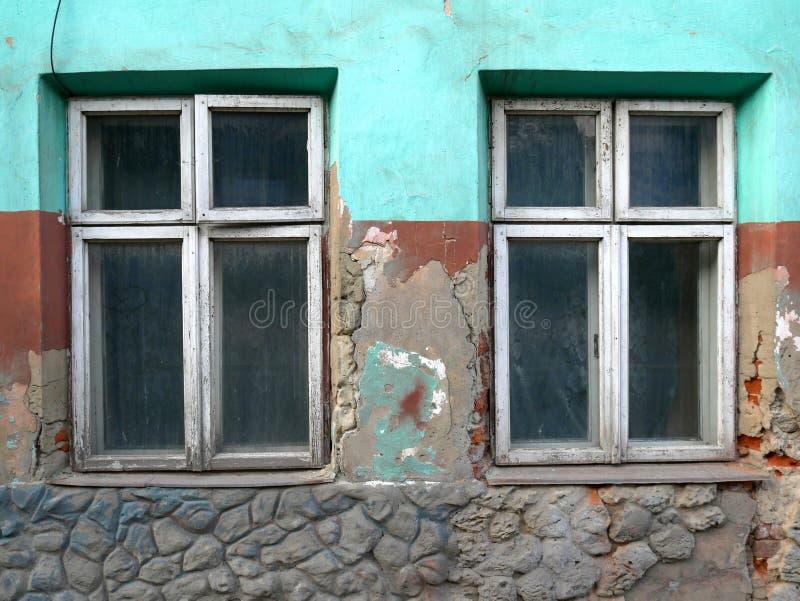 有窗户的破墙 免版税库存照片