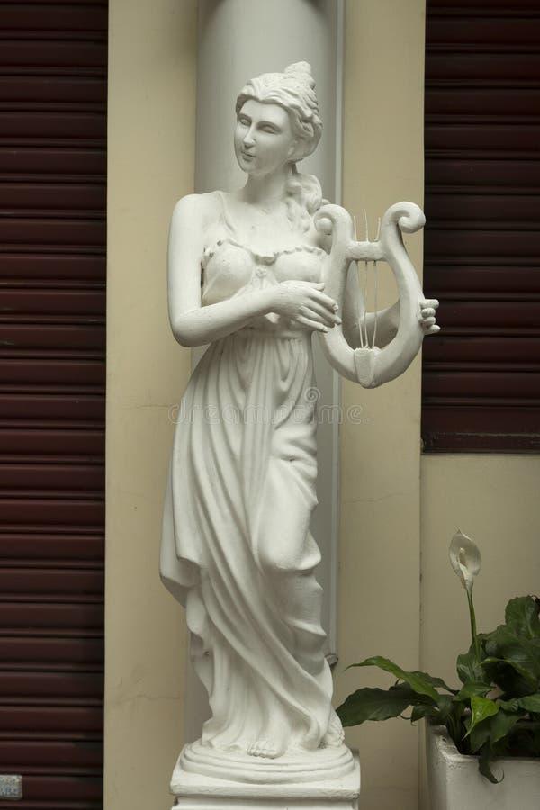 有竖琴的女孩 免版税库存图片