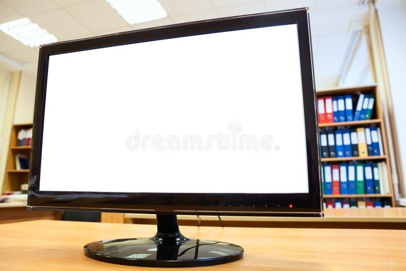 有站立在书桌上的白色隔离的显示器屏幕 库存图片