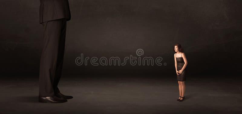 有站立在前边概念的小女实业家的巨大的人 图库摄影