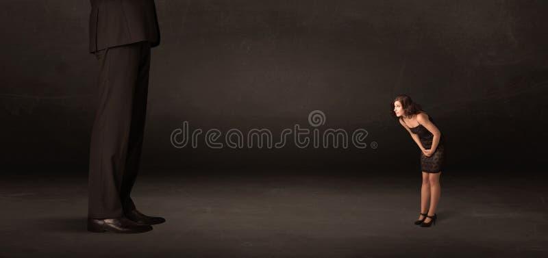 有站立在前边概念的小女实业家的巨大的人 库存图片