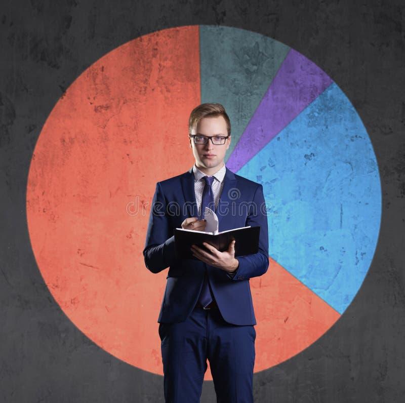 有站立在图背景的组织者的商人 事务,办公室,事业,概念 免版税图库摄影