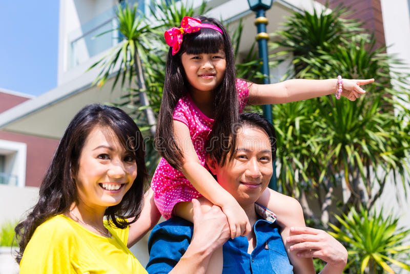 有站立在家前面的孩子的亚洲家庭 库存照片