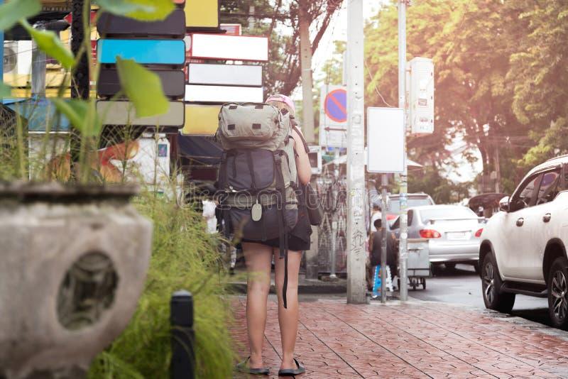 有站立在小径寻找的背包徒步旅行者的女性欧洲人 库存照片