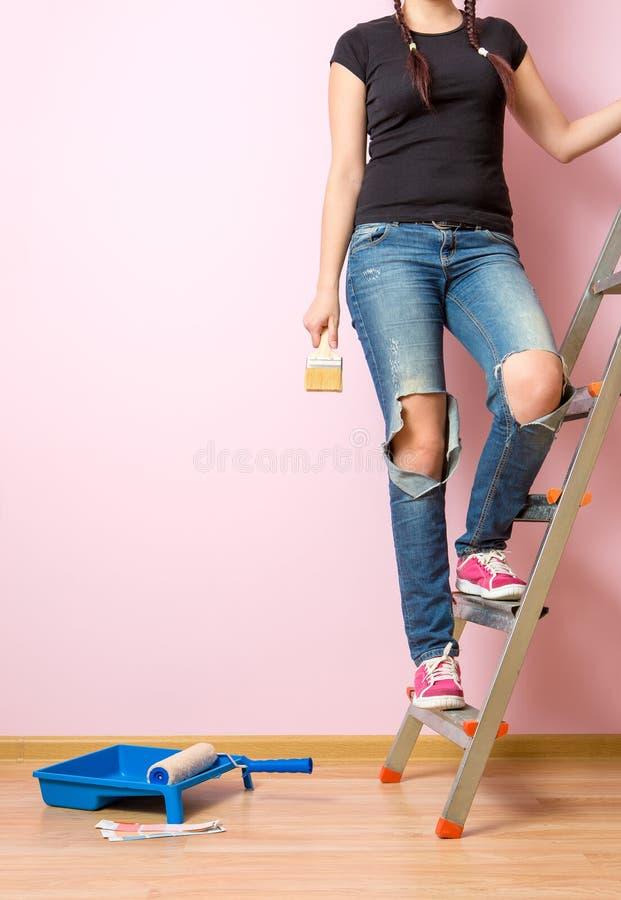 有站立在活梯的刷子的照片妇女 库存图片