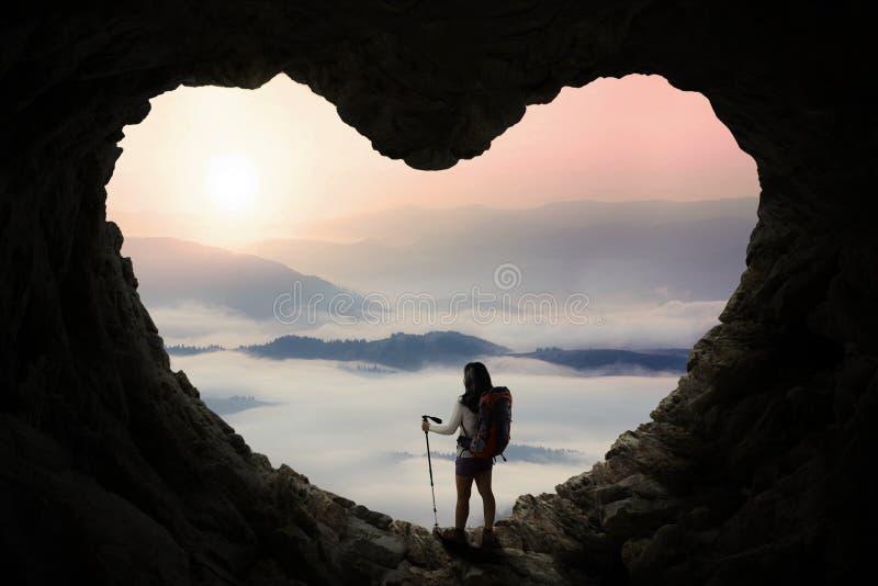 有站立里面洞的棍子杆的远足者 图库摄影