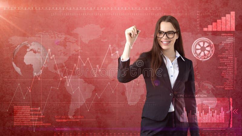 有笔文字的年轻美丽的女实业家在无形的屏幕上 与copyspace的企业和投资背景 库存照片