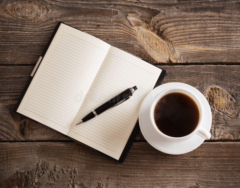 Download 有笔的在木桌上的笔记本和咖啡 库存图片. 图片 包括有 喷泉, 顶层, ,并且, 学校, 投反对票, 办公室 - 62537963