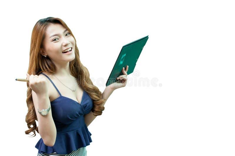 有笔的愉快的年轻亚裔被隔绝的女商人和剪贴板 免版税库存照片