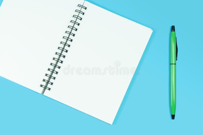 有笔的空白的笔记本在浅兰的背景 向量例证