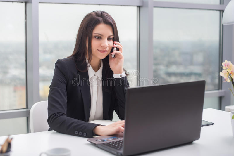 有笔记本的女商人在办公室,工作场所 库存图片