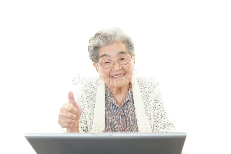 有笔记本的老妇人 库存图片