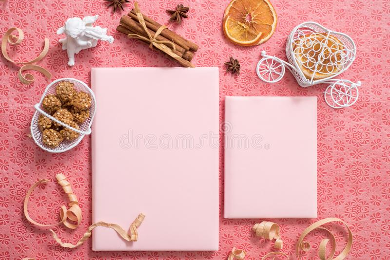 有笔记本的,玫瑰色花,玉树分支,桃红色纸空白办公桌 平的位置,顶视图,拷贝空间 免版税图库摄影