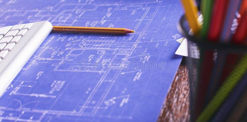 有笔记本膝上型计算机舒适的工作表的工作场所在办公室窗口和城市视图 免版税图库摄影