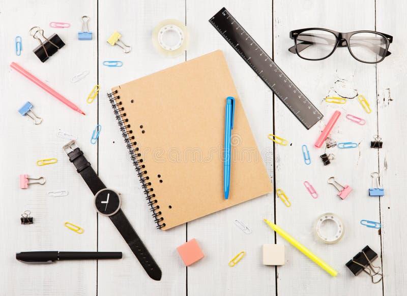 有笔记薄、玻璃、手表、笔和其他办公室的su工作场所 免版税库存照片