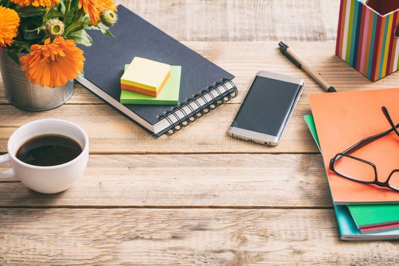 有笔记薄和办公用品的,拷贝空间,看法木桌面从上面 免版税库存图片