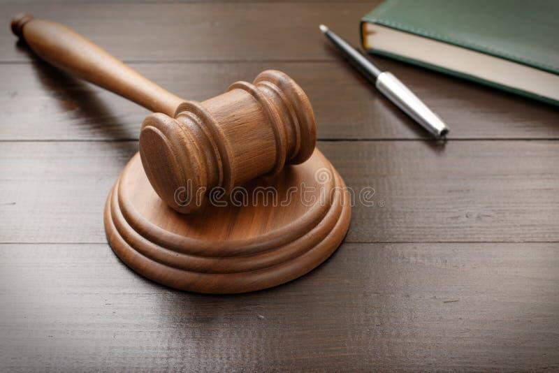 有笔记薄和笔的法官锤子 库存照片