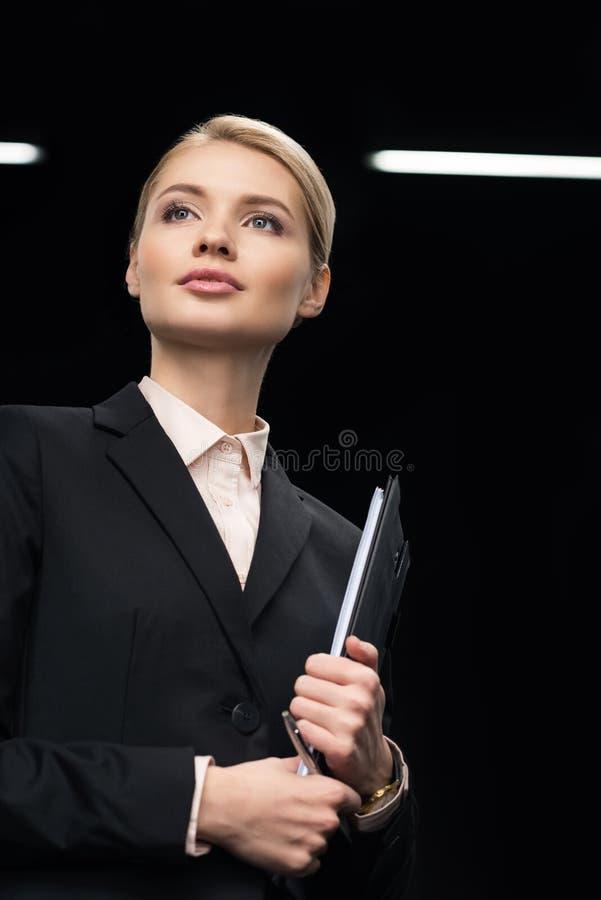 有笔记薄的确信的女实业家在手中 库存照片