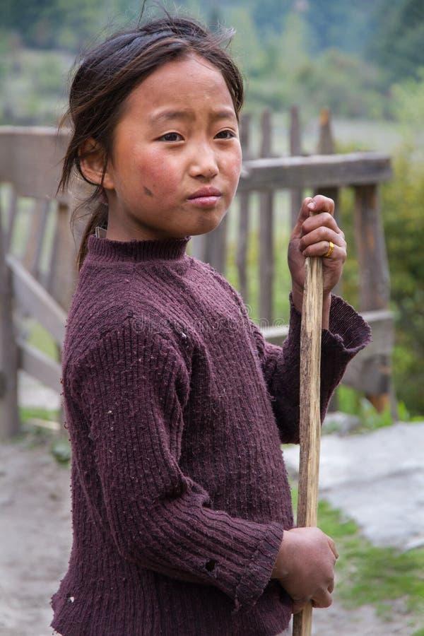 有笤帚的尼泊尔女孩 免版税图库摄影