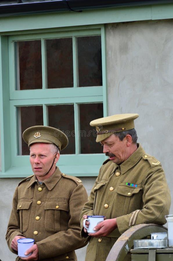 有第一次世界大战的制服的两个人一个杯子te 免版税库存照片