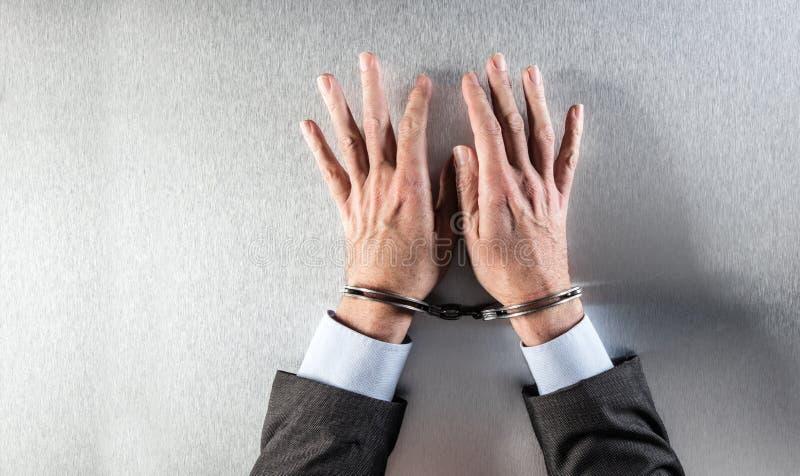 有等待在办公室的手铐的匿名平的商人手 图库摄影