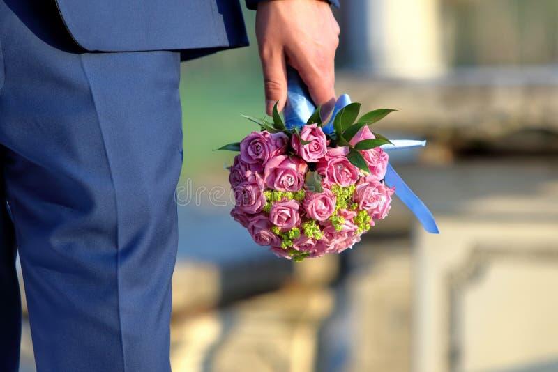有等待新娘的新娘花束的新郎 免版税库存图片