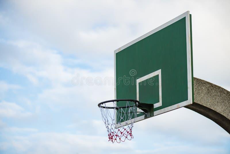 有箍网的篮球委员会在蓝天白色云彩 库存照片