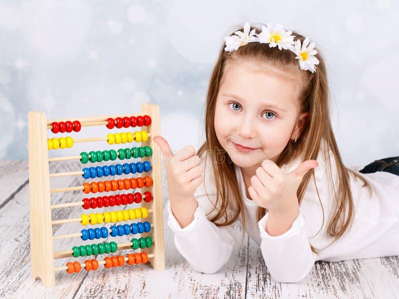 有算盘的可爱的学龄前女孩 免版税库存图片