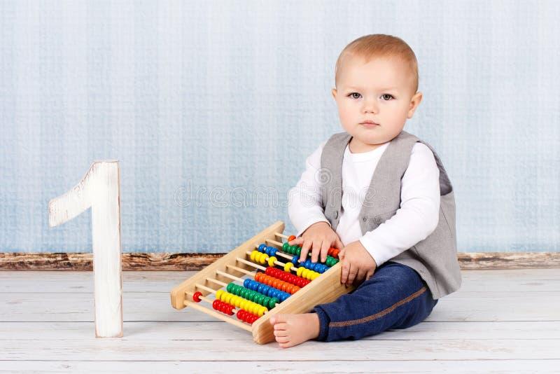 有算盘的小男孩 免版税图库摄影
