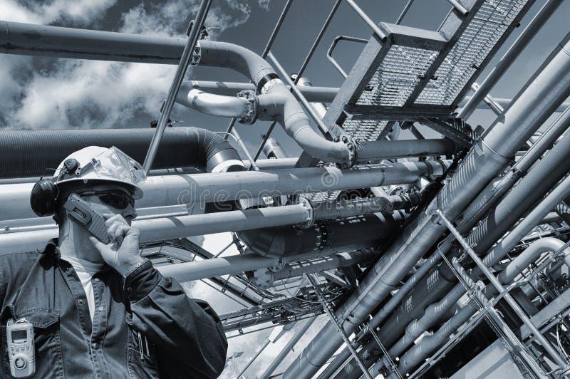 有管道的油和煤气工作者 免版税图库摄影