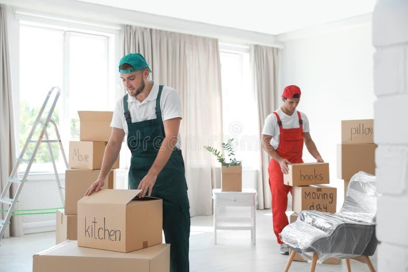 有箱子的公搬家工人 免版税库存图片
