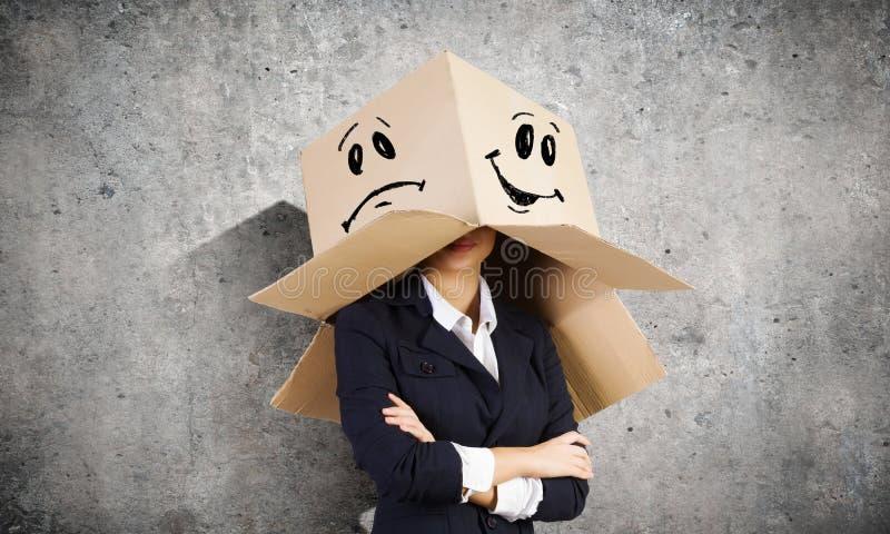 有箱子的妇女在头 免版税库存图片