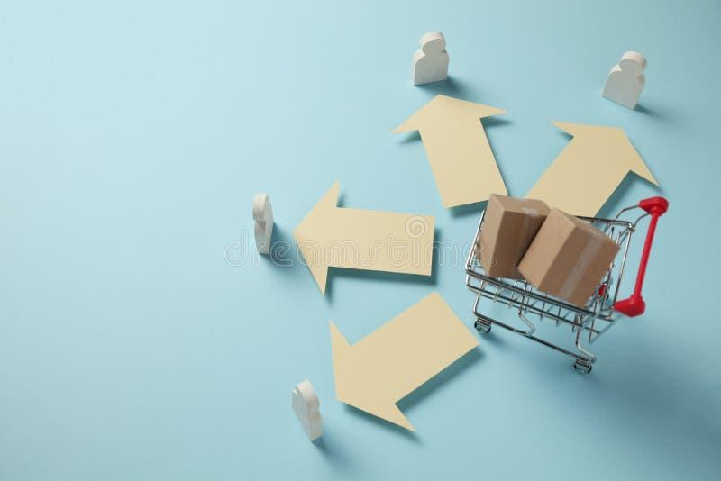有箱子的手推车 网络商店,物品交付对顾客的 免版税库存图片