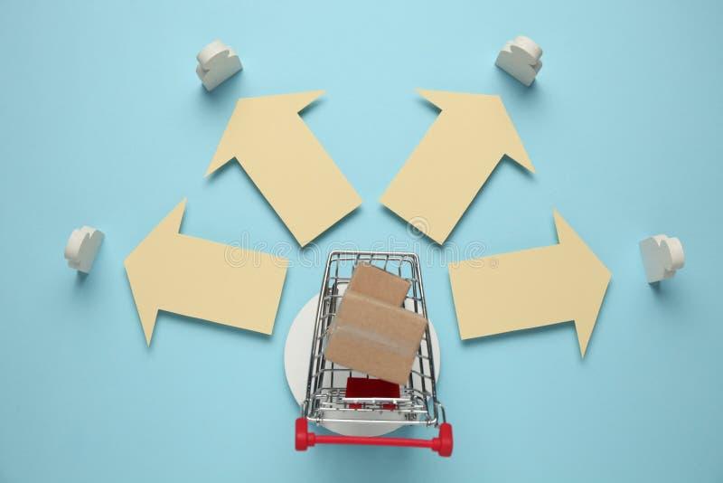 有箱子的手推车 网络商店,物品交付对顾客的 库存照片