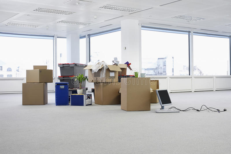 有箱子的空的办公室 库存图片